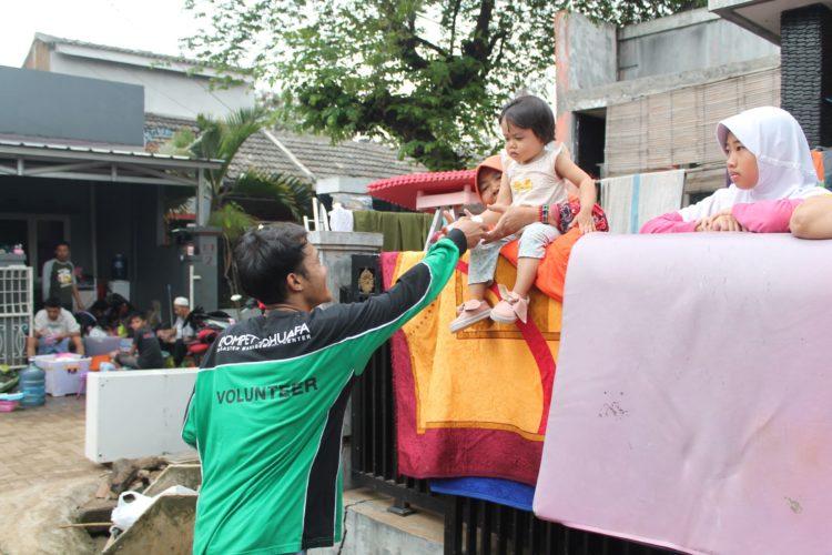 Dompet Dhuafa Jabar Bagikan MPASI Kepada Balita Terdampak Banjir