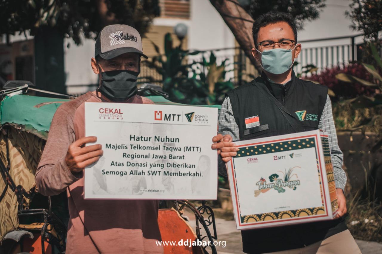 Read more about the article Hari Pertama Ramadhan, Dompet Dhuafa Jabar-Majelis Telkomsel Taqwa (MTT) Regional Jabar Bagikan Sembako Ke Warga Terdampak Covid-19