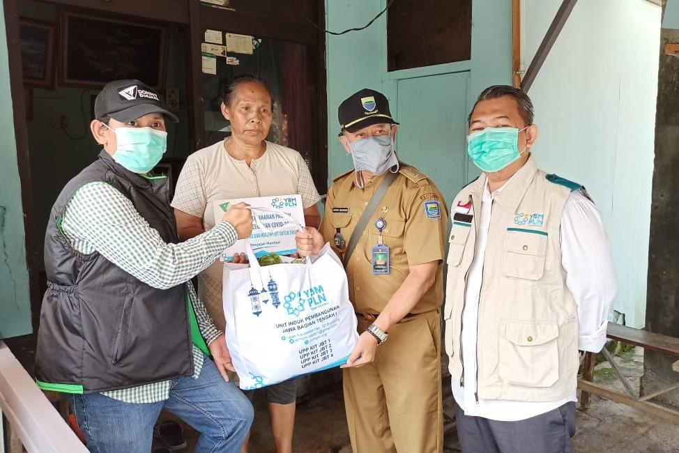 Dompet Dhuafa Jabar-YBM PLN UIP JBT I Bagikan Sembako dan Paket Kesehatan Kepada Warga Terdampak Wabah Corona