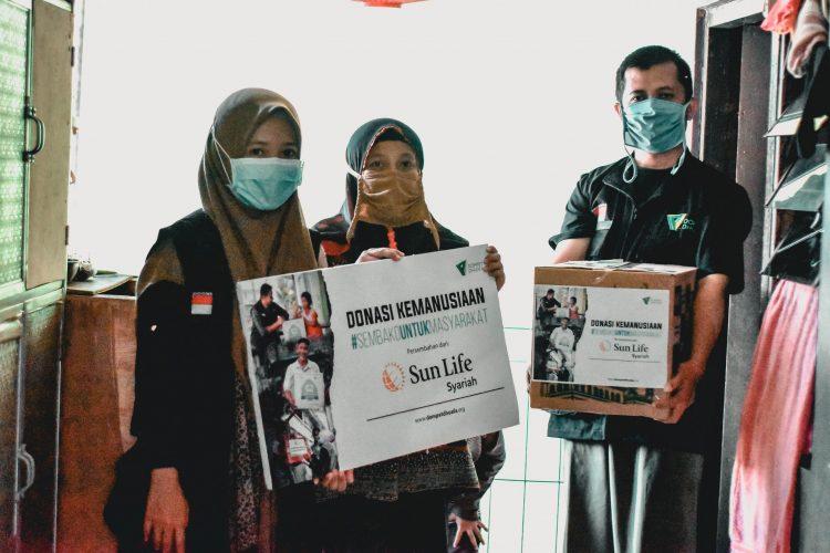 Dompet Dhuafa Jabar-Sun Life Syariah Bagikan Paket Sembako Kepada Warga Dhuafa