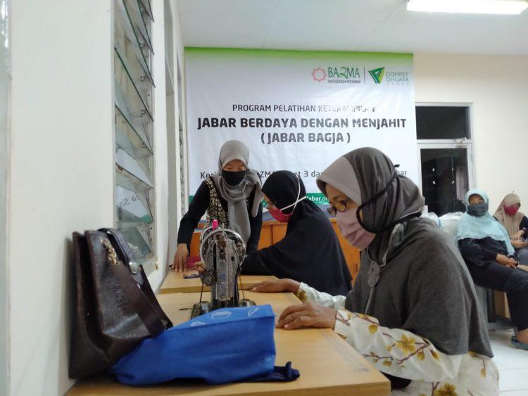 Dompet Dhuafa Jabar dan BAZMA Asset 3 Pertamina Gulirkan Program Pelatihan Menjahit